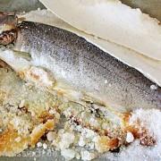 Die Salzkruste ist vom Fisch leicht zu entfernen